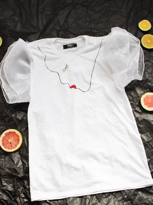 T-shirt blanca con mangas fruncidas con diseño en vinil