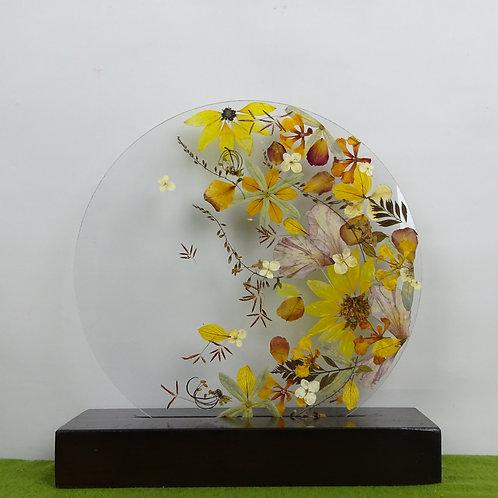 Pieza floral redonda, flores y hojas naturales