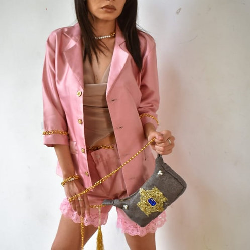Chaqueta rosa con cadenas doradas
