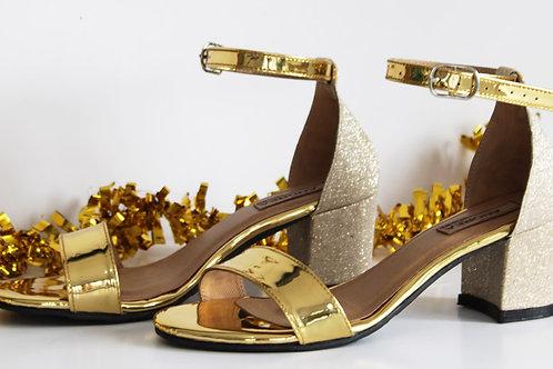 Zapato de tacón, combinando un color dorado espejo