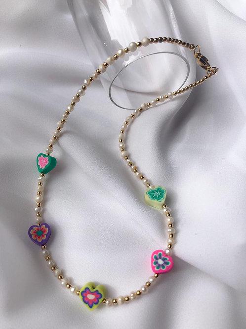 Collar de perlas de rio con hearts polymer clay