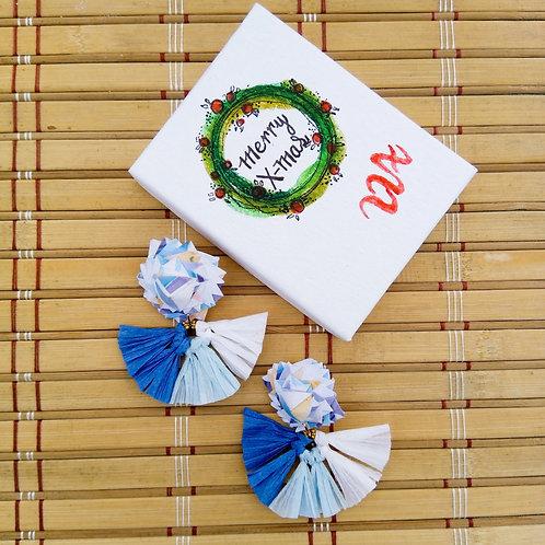 Aretes de origami y raffia color es azules montado en acero