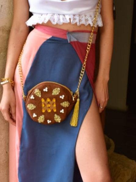 Bolso redondo con logo de la marca y cadena larga