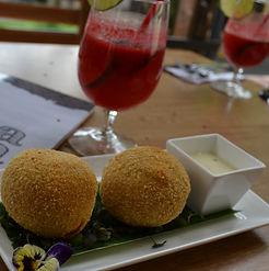 Bolas apanadas de piraña yfariña con un delicioso jugo de Camu-Camu