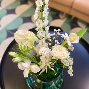 学生送给Linda老师的酒和花花,一束带来宁静感的花!