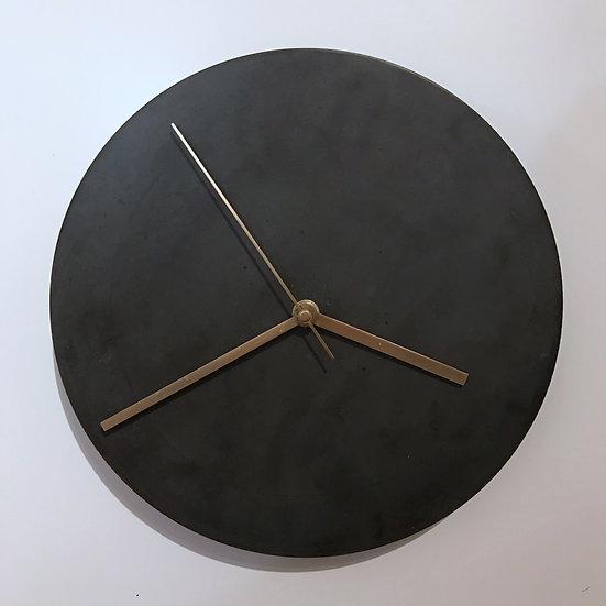 Zeit trifft schwarzen Beton