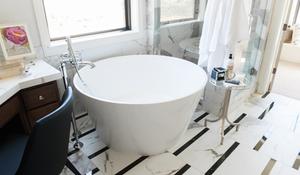 black stripe marble detail bathroom