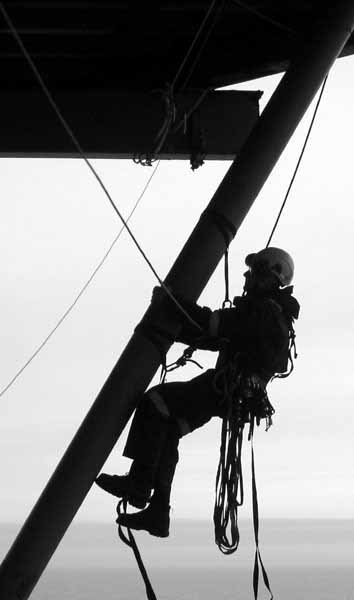 AOS-Operations-Manager-Joel-Telling-de-rigging-tirfor-cables