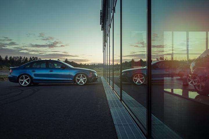 blauwe sedan.jpg