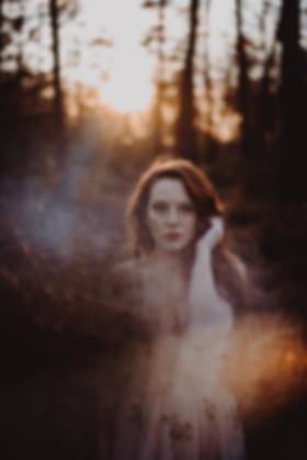 Sandra Fuchs Portrait Wald Natur Bäume Sonnenuntergang Boheme Kleid rosa rothaarig Ginger lange Haare hellhäutig Boots Waldlichtung Portrait Fotografie Michaela Thewes Outdoor Fotoshooting buchen kreativ sinnlich