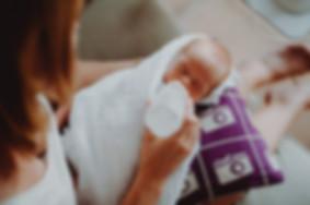 Baby füttern Frühchen lila Fläschen geben Flasche Claudia Weingärtner Zwillinge Buch Journalistin Babyfotos Familienfotografie Michaela Thewes Essen Berlin NRW authentisch nah Nähe liebevoll einfühlsam Familienleben Fotos Fotoshooting zuhause daheim Homeshooting