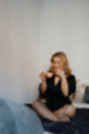 Tasse Tee Bett blond Pyjama asiatisch Frauen Fotografin weiblich sinnlich Fotos Bilder Essen Dortmund NRW Intimate Homestories Fotografie Michaela Thewes Fotoshooting sexy erotisch daheim Dessous Unterwäsche authentisch einfühlsam Boudoir Schlafzimmer daheim zuhause indoor eigene 4 Wände Erinnerung