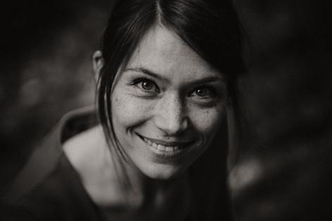 Jana Elbin Portrait Fotoshooting buchen Fotografie Michaela Thewes Essen Bochum Duisburg Düsseldorf Gladbeck Kirchhellen professioneller Fotograf outdoor Sommersprossen Blick intensiv lachen lächeln natürlich