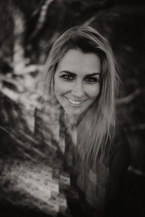 Norderney Ostfriesland Ostfriesische Inseln Dünen Fotograf Fotoshooting outdoor Landschaft Bäume Frau blond Jana Glabisch Fotografie Michaela Thewes Inselshooting schwarzweiß Nikon D750 Beauty Portrait schwarz weiß