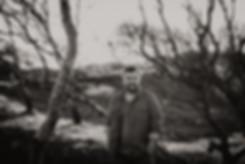 Norderney Ostfriesland Ostfriesische Inseln Dünen Fotograf Fotoshooting outdoor Landschaft Bäume Mann leger Bart Michael Glabisch Fotografie Michaela Thewes Inselshooting schwarzweiß Nikon D750 Portrait