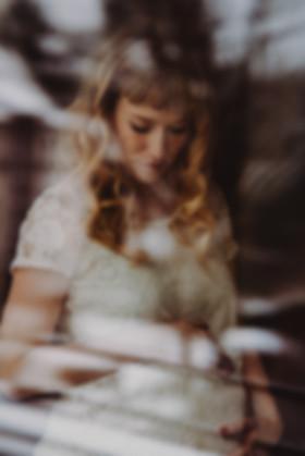 Fensterscheibe Spiegelung Babybauch werdende Mama Babykugel Schwangerschaft Shooting Fotos Erinnerungen Ideen kreativ blond Locken  Familienfotografie Michaela Thewes Essen Bochum NRW authentisch nah Nähe liebevoll einfühlsam Familienleben Fotos Fotoshooting zuhause daheim Homeshooting