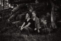 Mutter Tochter Familienshooting schwarz weiß Nikon D750 Wald Baumstämme Mülheim an der Ruhr NRW Düsseldorf Fotoshooting buchen Fotos Bilder Portrait Frauen professionelles Shooting outdoor Hut Boheme Vintage Retro Fotografie Michaela Thewes
