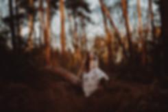 Sandra Fuchs Portrait Wald Natur Bäume Sonnenuntergang Boheme Kleid rosa rothaarig Ginger lange Haare hellhäutig Boots Waldlichtung Portrait Fotografie Michaela Thewes Outdoor Fotoshooting buchen kreativ