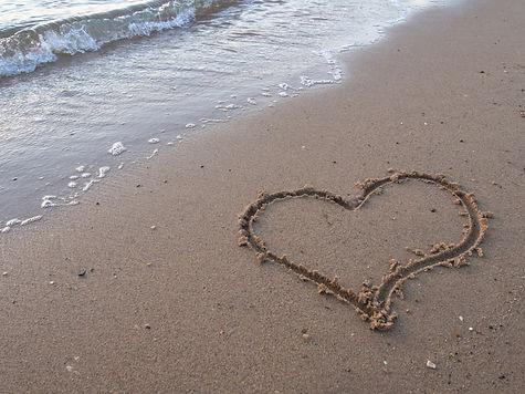 beach love heart_573952747.jpg