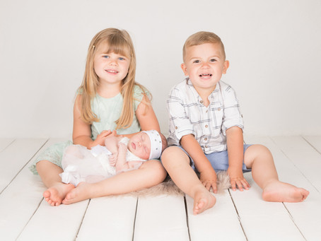 Nyföddfotografering med syskon