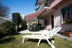 giardino con area pranzo e zona relax