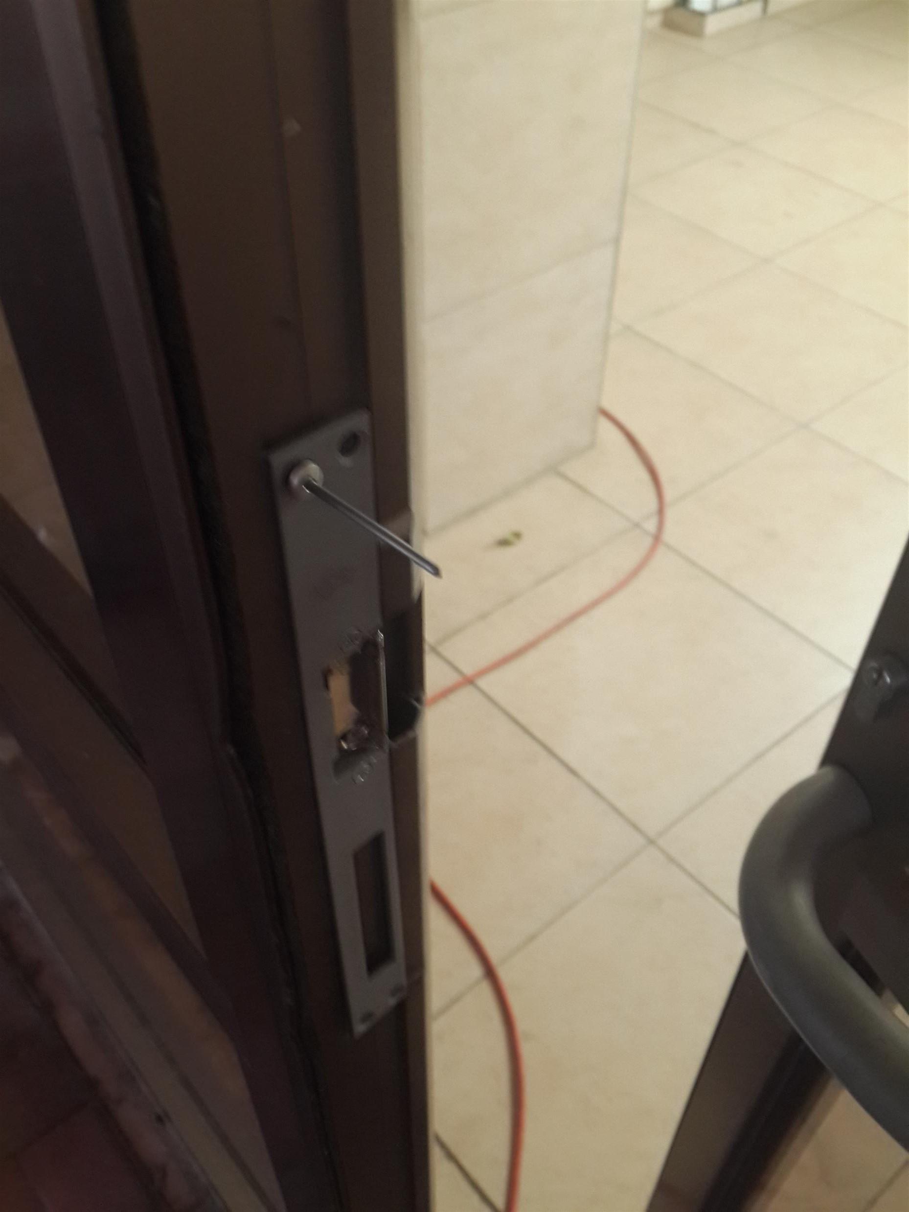 התקנת מנעול חשמלי עם ניטים