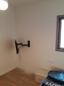 תליית טלויזיה על הקיר