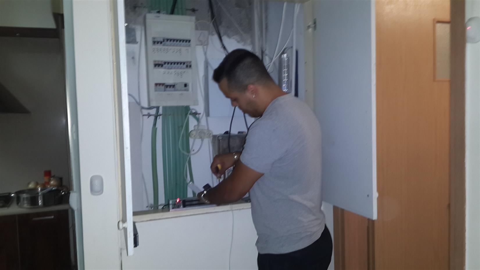 התקנת מנעול אלקטרו מגטי בארון