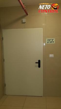 התחלת התקנת קודן ומנעול בדלת חניון
