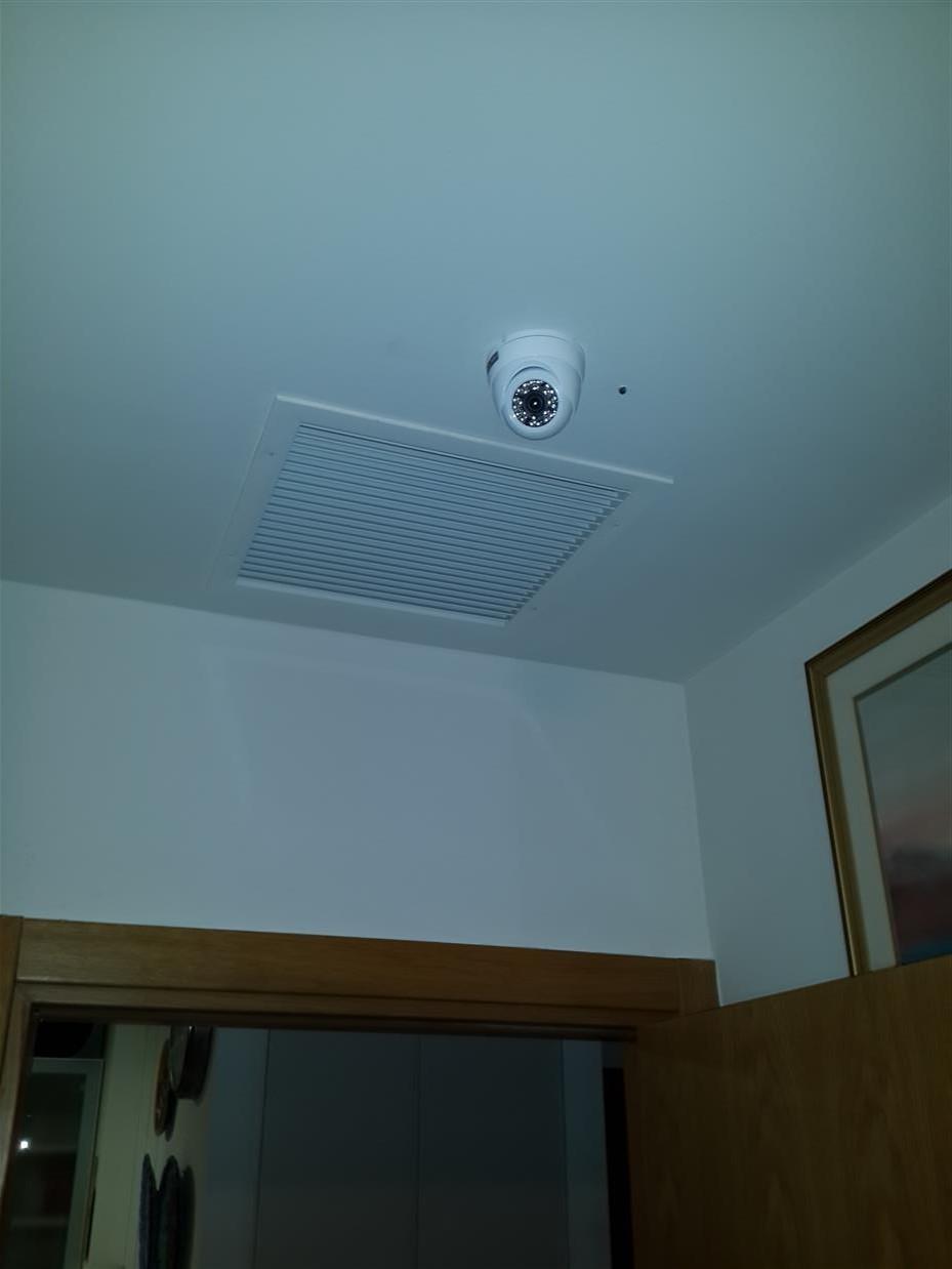 מתקין מצלמות אבטחה