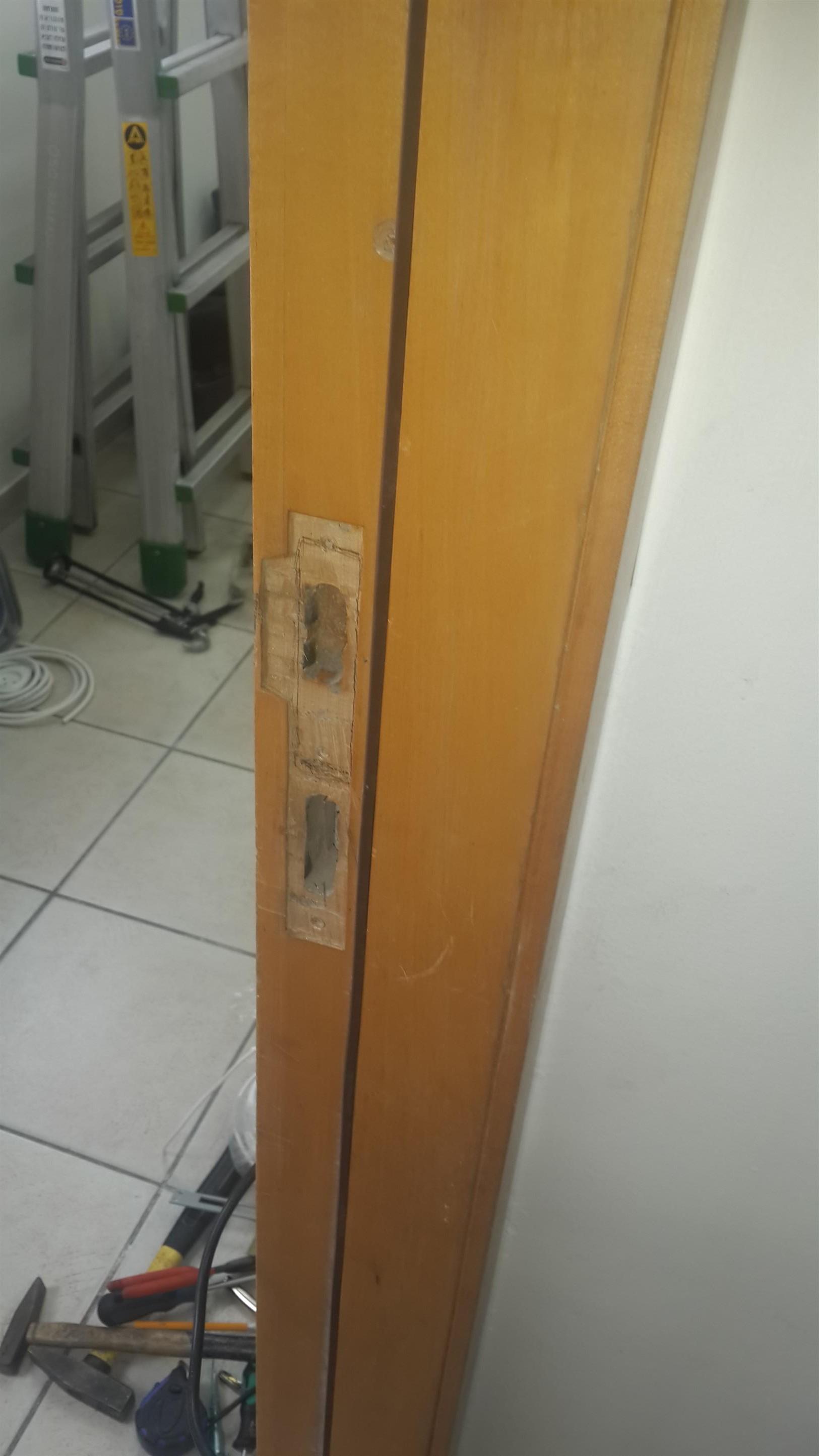 התקנת מנעול חשמלי - חציבה במשקוף עץ