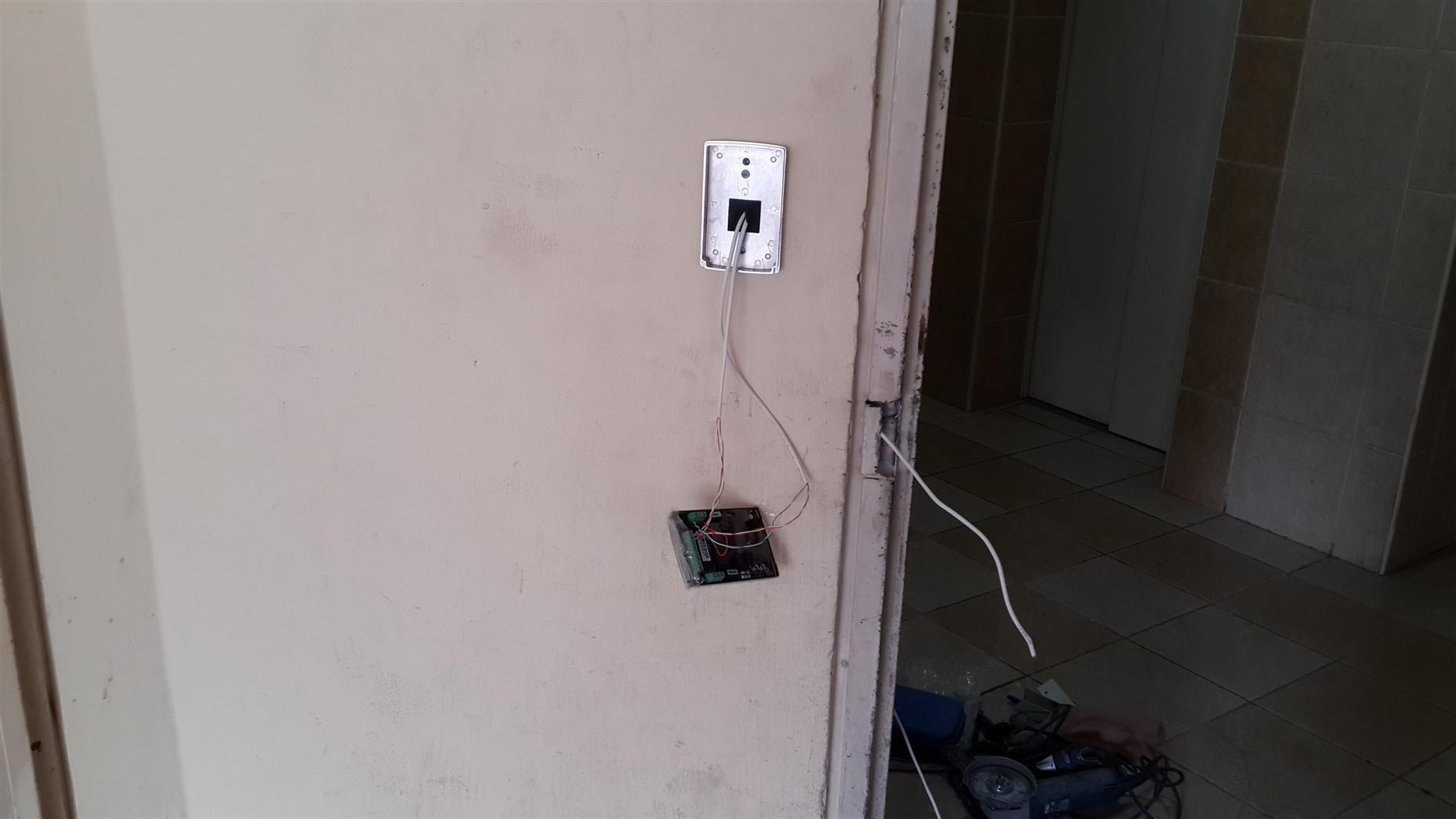 השחלת כבלים למנעול ולקודן