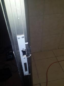 סיום התקנת המנעול החשמלי