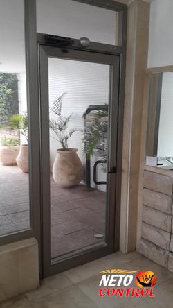 גלאי תנועה לפתיחת דלת ללא לחצן