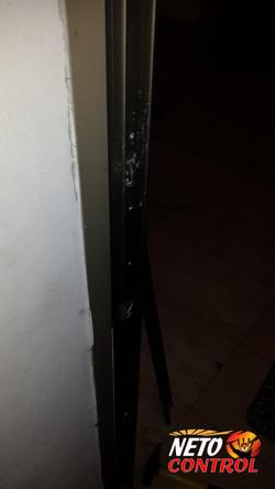 פירוק משקוף הדלת לצורך חיתוך למנעול
