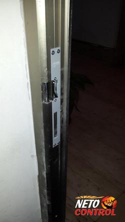 סיום התקנת מנעול חשמלי במשקוף הדלת