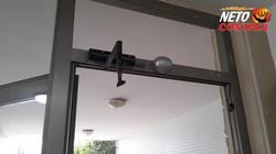 התקנת גלאי תנועה לפתיחת דלת