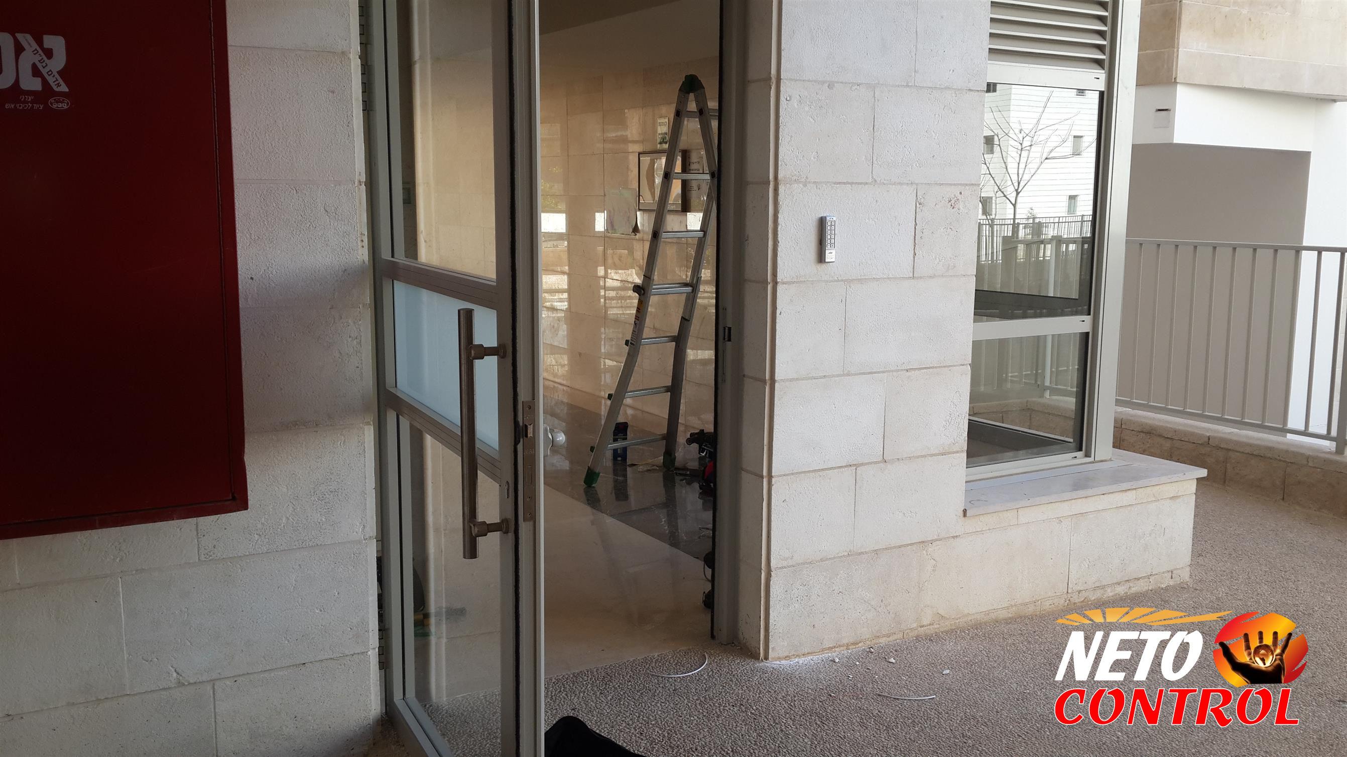 התקנת קודן בדלת כניסה אחורית