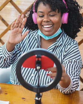 african-influencer-girl-streaming-online