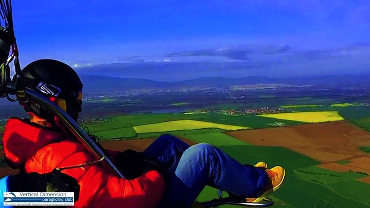 Тандемен полет с моторен парапланер близо до София