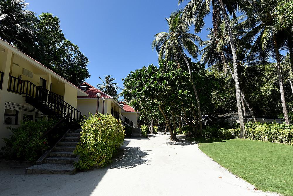 ทางเข้าห้องพักแบบ Club Room (Superior Room) ส่วนด้านหน้าติดชายหาด สามารถเดินลงทะเลเล่นน้ำได้เลย