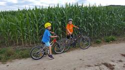 Lovro_in_Ožbej_kolesarja