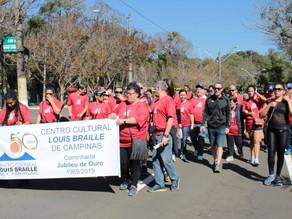 Caminhada comemora 50 anos do Centro Cultural Louis Braille