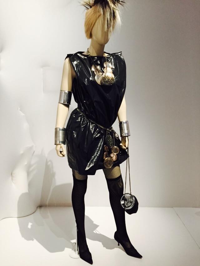 80-81秋冬系列的服裝,手提袋裝上了煙灰缸頭,腰帶是罐頭蓋,連身裙裝的材料則是塑膠袋。