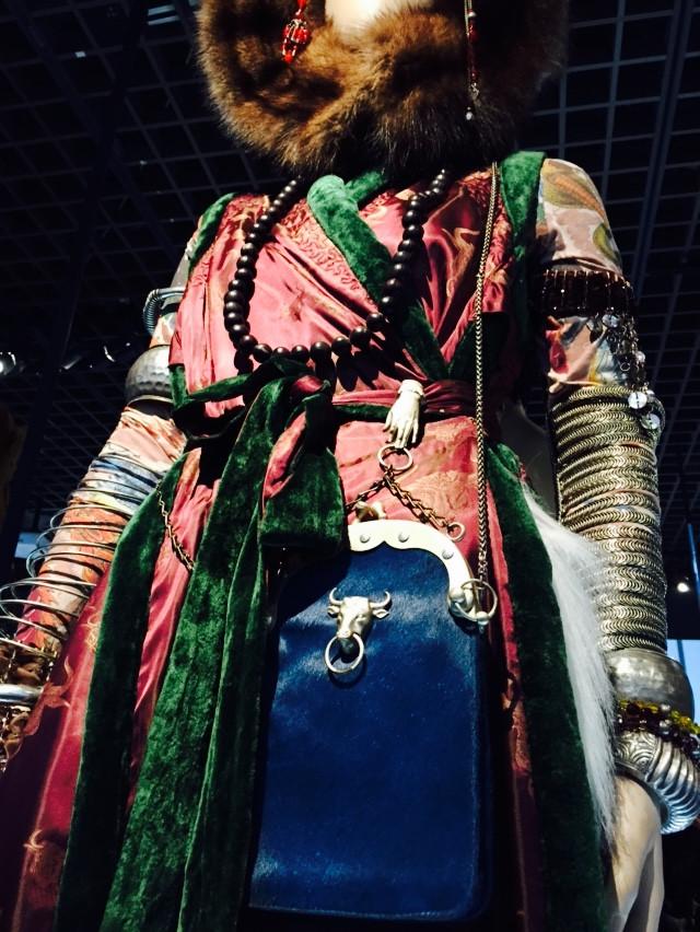 靈感來自亞洲民族的服裝,小手抓提包的細節十分有趣。