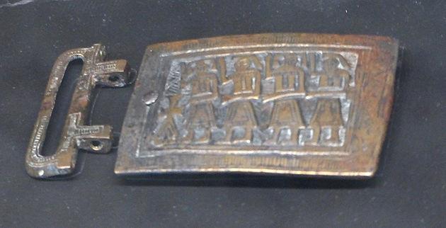 Dessous, une plaque-boucle reliquaire, dite de Mâcon  La plaque, encadrée  des deux inscriptions «Daniel, le prophète» et «Habacuc, le prophète» est  divisée ... 630f780115d