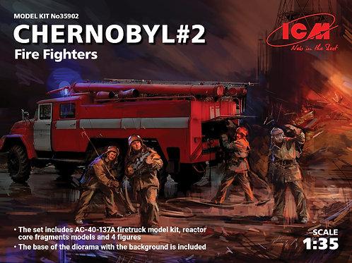 ICM 35902 1/35 Пожарная машина АЦ-40-137А + фигурки + подставка