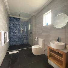 Family Cabin (7-9) Bathroom
