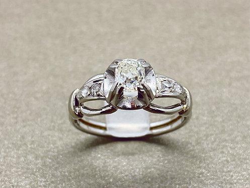 Bague 1930 en or et diamant coussin 0,55 carat