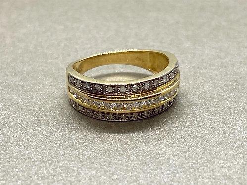 Bague en or ornée de trois lignes de diamants
